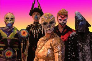 En person i förgrunden med dödskallemask, i bakgrunden fyra personer utklädda till fantasifirgurer