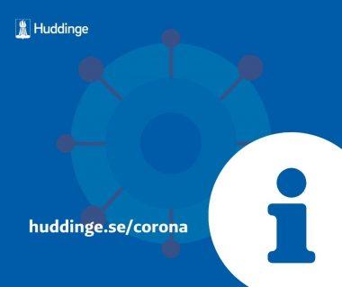 En blå skylt som hänvisar till webbsidan huddinge.se/corona